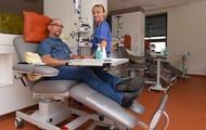 Schwester Claudia betreut Matthias Lehmann bei einer der letzten Infusionen, die er im Rahmen einer Tumortherapie im Universitäts KrebsCentrum Dresden erhält. Der Süd-Brandenburger ist einer von jährlich rund 6.500 neu an Krebs erkrankten Patienten, die von der Versorgung in dem zertifizierten Zentrum profitiert. Foto: Uniklinikum Dresden / Holger Ostermeyer